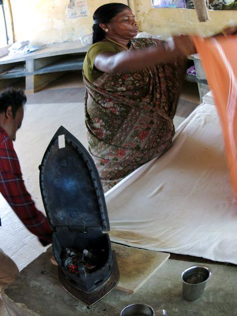 Besöker ett tvätteri i Kochi